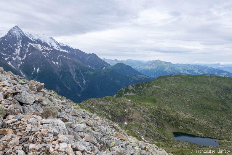 Po lewej Aiguille du Goûter (3863 m), po prawej jezioro - Lac du Brévent.