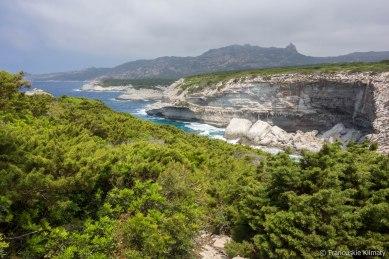 Widok na wybrzeże w stronę Cala di Paraguano. W oddali Mont de la Trinité / La vue vers Cala di Paraguano. Au fond Mont de la Trinité.