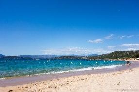Wracamy na pole namiotowe, ale wcześniej zatrzymujemy się na plaży, aby się wykąpać i ochłodzić po wyczerpującej wędrówce / Nous allons au camping mais avant nous faisons une halte sur une plage et nous nous baignons pour nous rafraîchir.