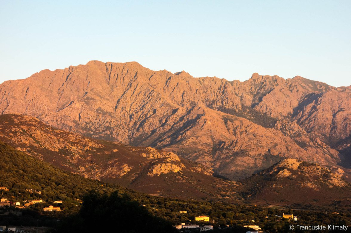 Widok na góry w pobliżu Lumio / Vue sur les montagnes de Lumio.