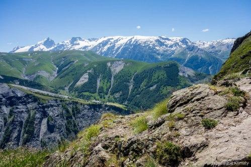 Widok z przełęczy. Po lewej La Meije i Le Rateau.
