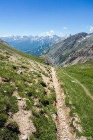 Schodząc z przełęczy do doliny Chambran.