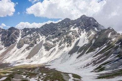 Widok z przełęczy w stronę południa - Pointes de Rougnoux (3179 m), Tête de Plumel (3065 m).