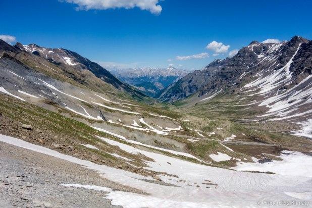 Pomiędzy dwoma przełęczami. Widok na wschód, skąd dochodzi szlak GR54A.
