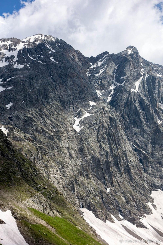 Zbliżenie na geologiczne ukształtowanie masywu górskiego.