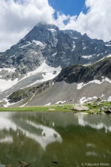 Widok ze schroniska na szczyt le Sirac (3441 m).