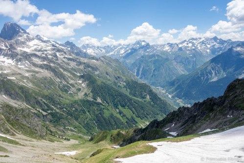 Na tym zdjęciu również można dostrzec schronisko lub się jego domyśleć. Na środku zdjęcia znajdują się trzy płachty śniegu, schronisko znajduje się poniżej.