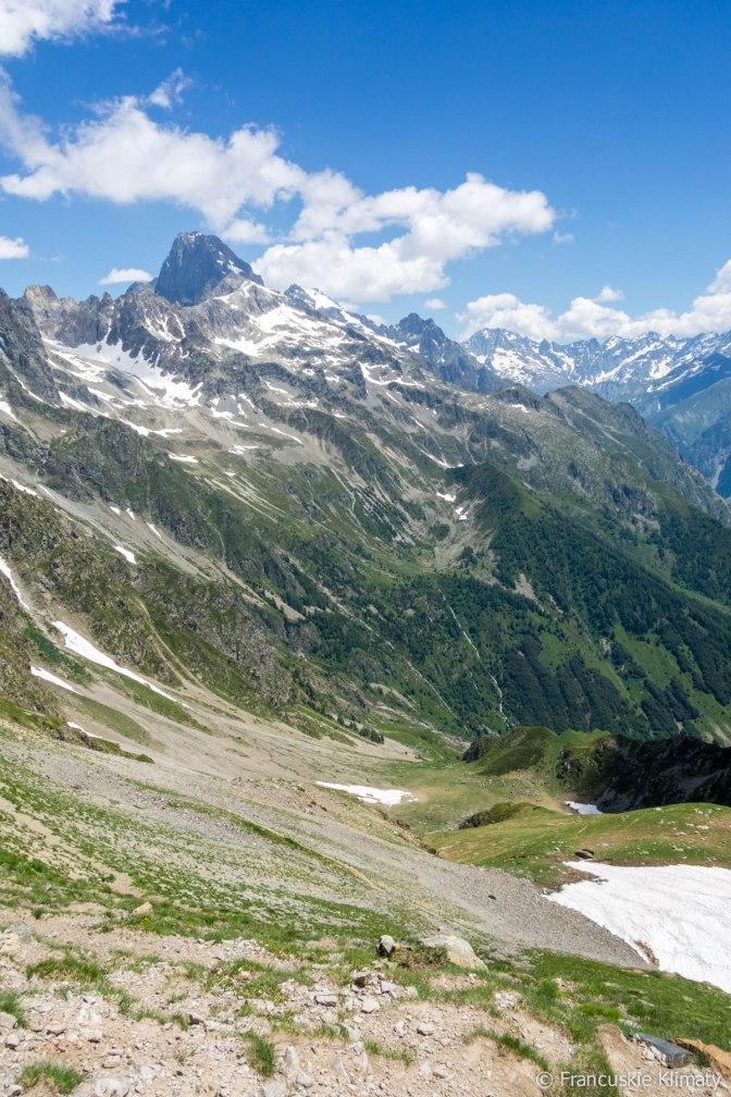 Szczyt l'Olan (3564 m) oraz cały czas widoczne trzy małe płachty śniegu, które wskazują miejsce schroniska des Souffles.