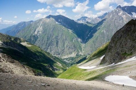 Po drugiej stronie przełęczy, z widokiem na wioskę le Désert en Valjouffrey. Widoczna jest również przełęcz - col de Côte Belle (2290 m), która jest cześcią następnego etapu.