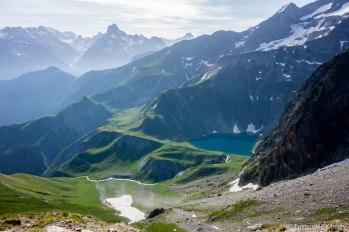 Widok z przełęczy Vallon na schronisko i jezioro Muzelle.